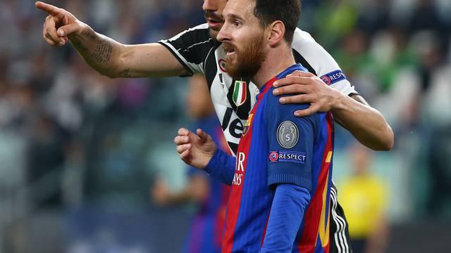 Juventus' Leonardo Bonucci speaks to Barcelona's Lionel Messi