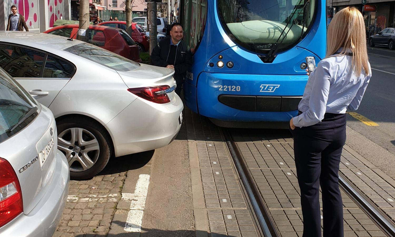 Kakav biser! Parkirao i blokirao tramvajski promet u Zagrebu...