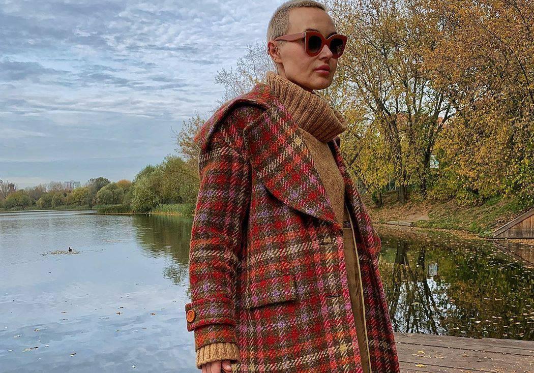 Karirani kaput u toplim bojama jeseni i dvobojne trapezice