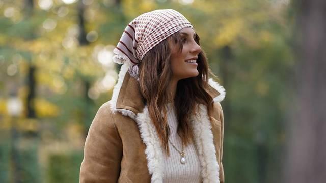 Retro marama umjesto šešira, jakna s krznom i karirane hlače