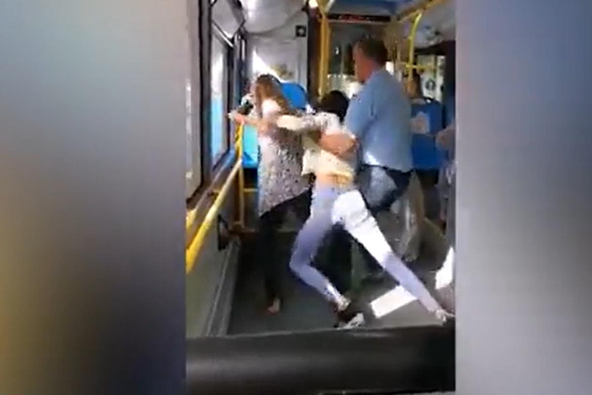 Djevojke se potukle, vukle se za kosu i vrištale u busu, upleo se i vozač:  'Briši broj mog dečka!'   24sata