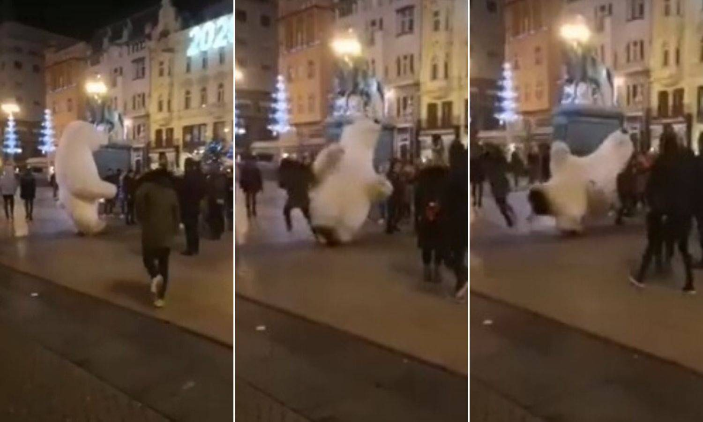Video: 'Nemoj bit debil, nemoj!' Srušio maskotu mede na Trgu
