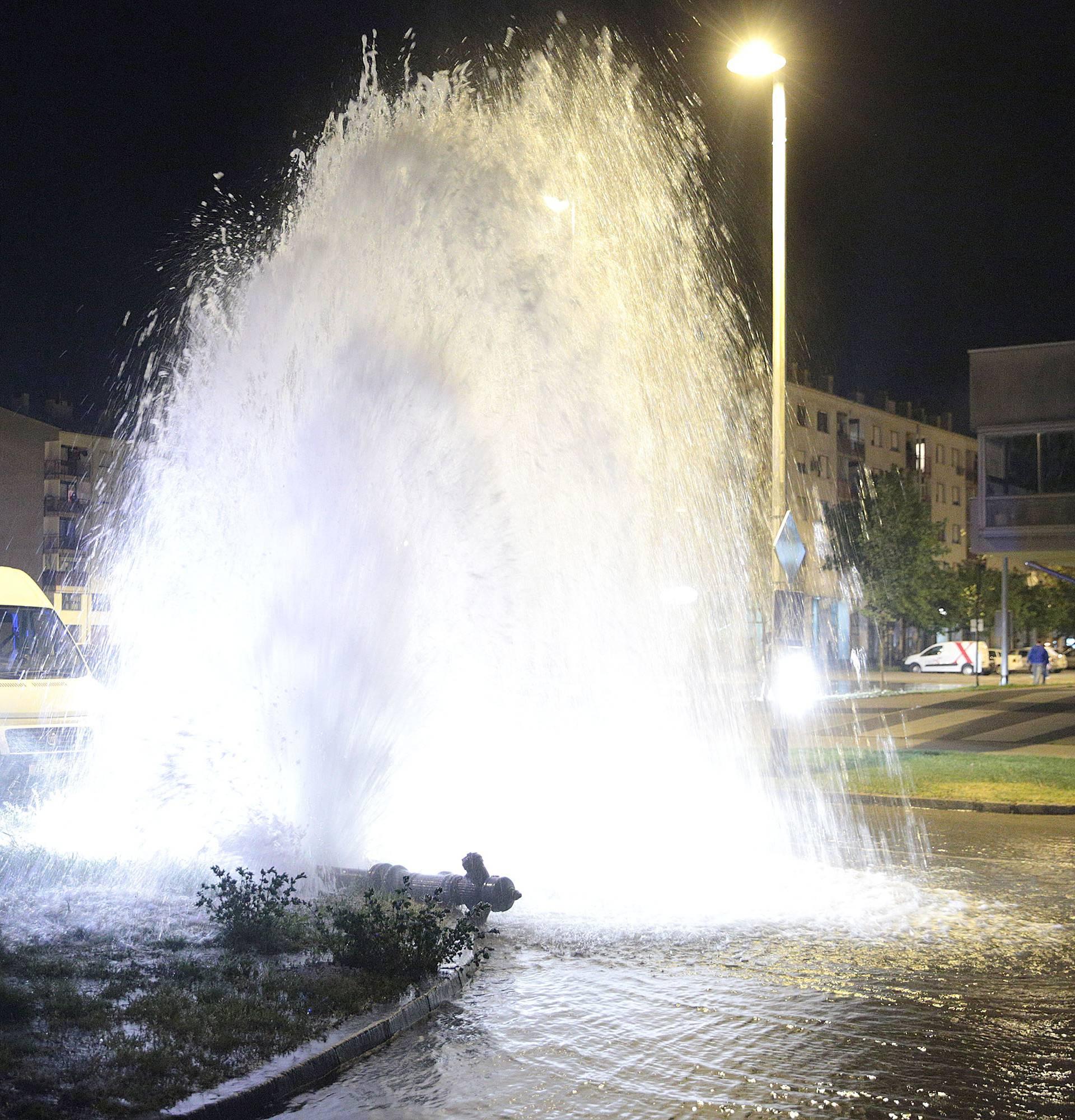 Auti 'plivali' po Poljanicama: Zabio se u hidrant i pobjegao