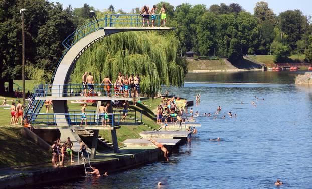 Karlovčani se ljeti osvježavaju na kupalištu na rijeci Korani