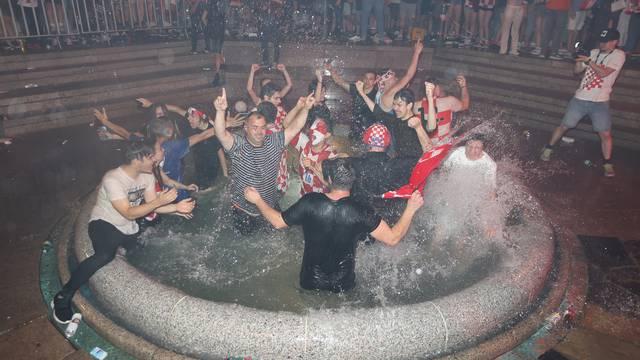 Zagreb: Nakon pobjede u Glasgowu navijači na glavnom Trgu skakali u Manduševac