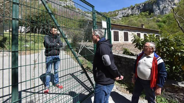 Slovenci dižu novu ogradu kod sela u Istri: 'Ne mogu ni u vrt!'