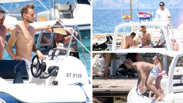 Ekskluzivne fotografije: Rakitić uživa na jahti i skače u more...