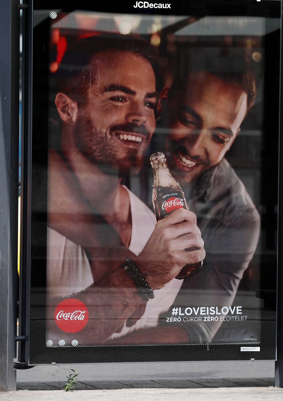 'Ti muškarci se grle, nemojte piti Coca-Colu, to je gay lobij...'