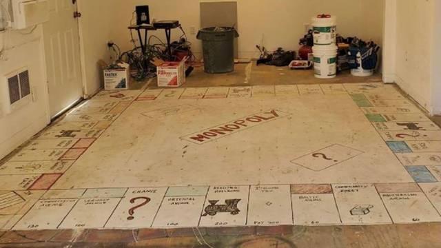 Draga, jesi za partiju? Par je ispod starog tepiha u kući našao ogromnu ploču za Monopoly