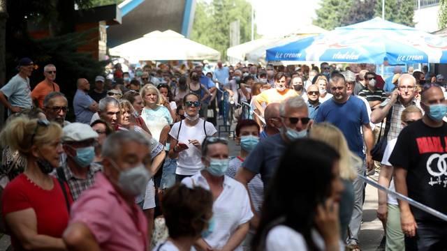 Zagreb: Tisuće ljudi na suncu ispred Velesajma čekaju u redu za cijepljenje protiv COVID-a