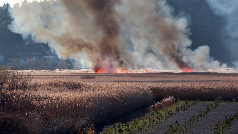 Zapalila se suha trava, u požaru mu izgorjela drvena kuća