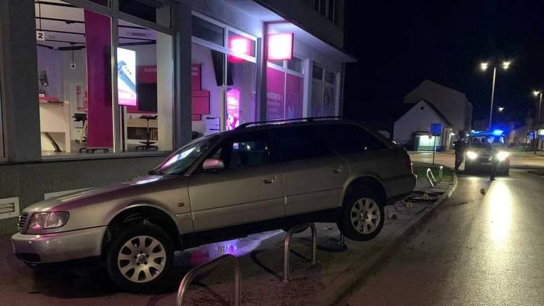 Vozač Audija pokosio sedam stupića i skoro se zabio u izlog