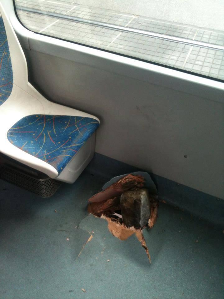 Netom prije tu je sjedila žena: Kamen probio pod tramvaja 11