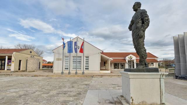 Škabrnja: Spomenik dr. Franji Tuđmanu
