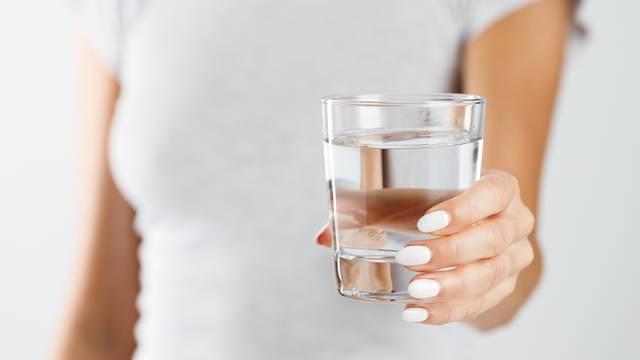 Ne ostavljajte si čašu vode kraj kreveta kao podsjetnik - popit ćete mušice, bakterije, nečistoću