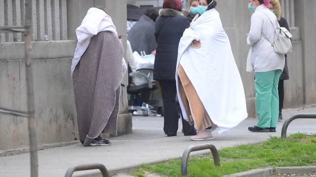 Zagreb: Ljudi ispred Klinike za ženske bolesti i porode