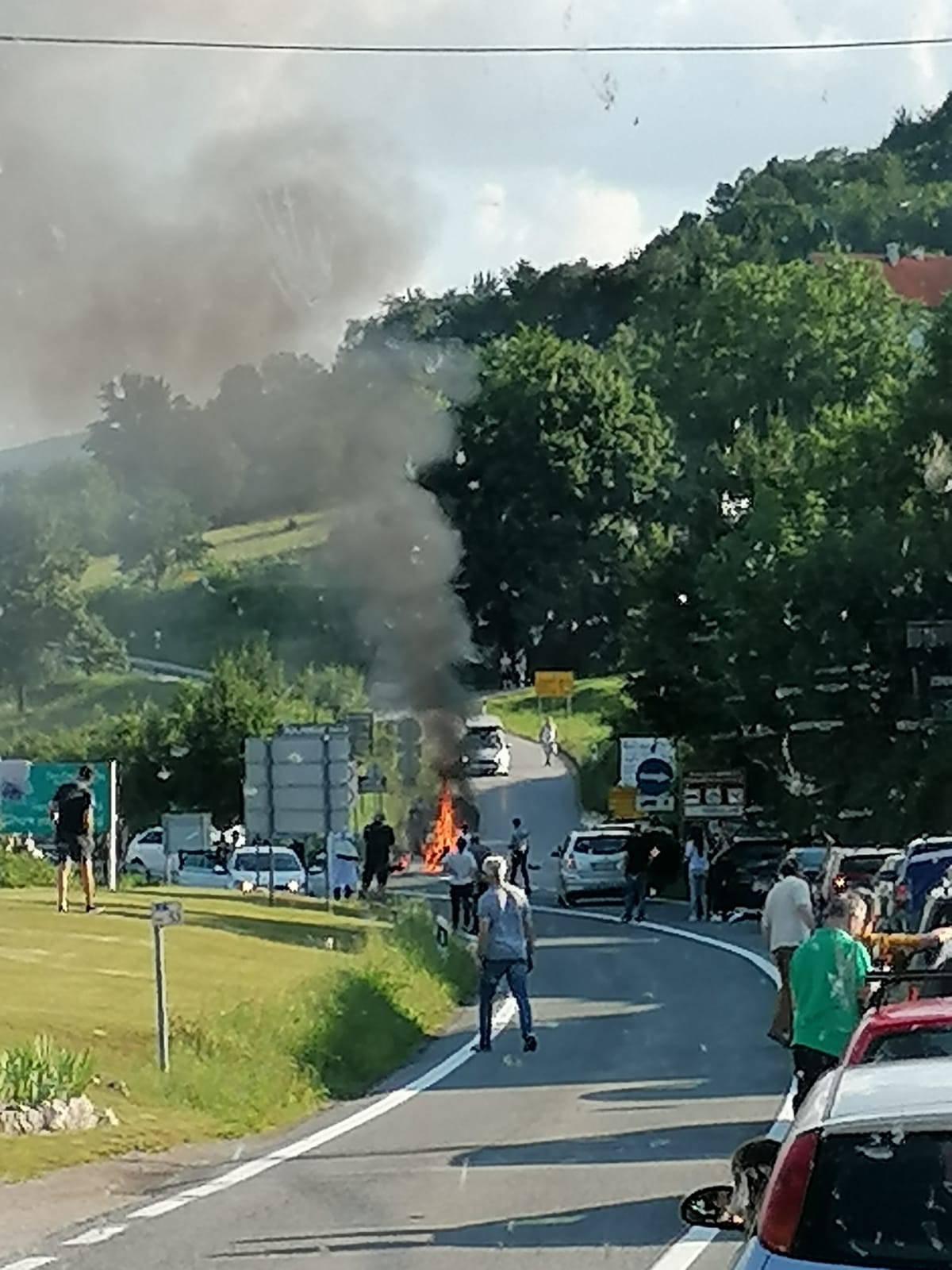 Užas kod Rakovice: Motocikl se zapalio, vozač poginuo u sudaru