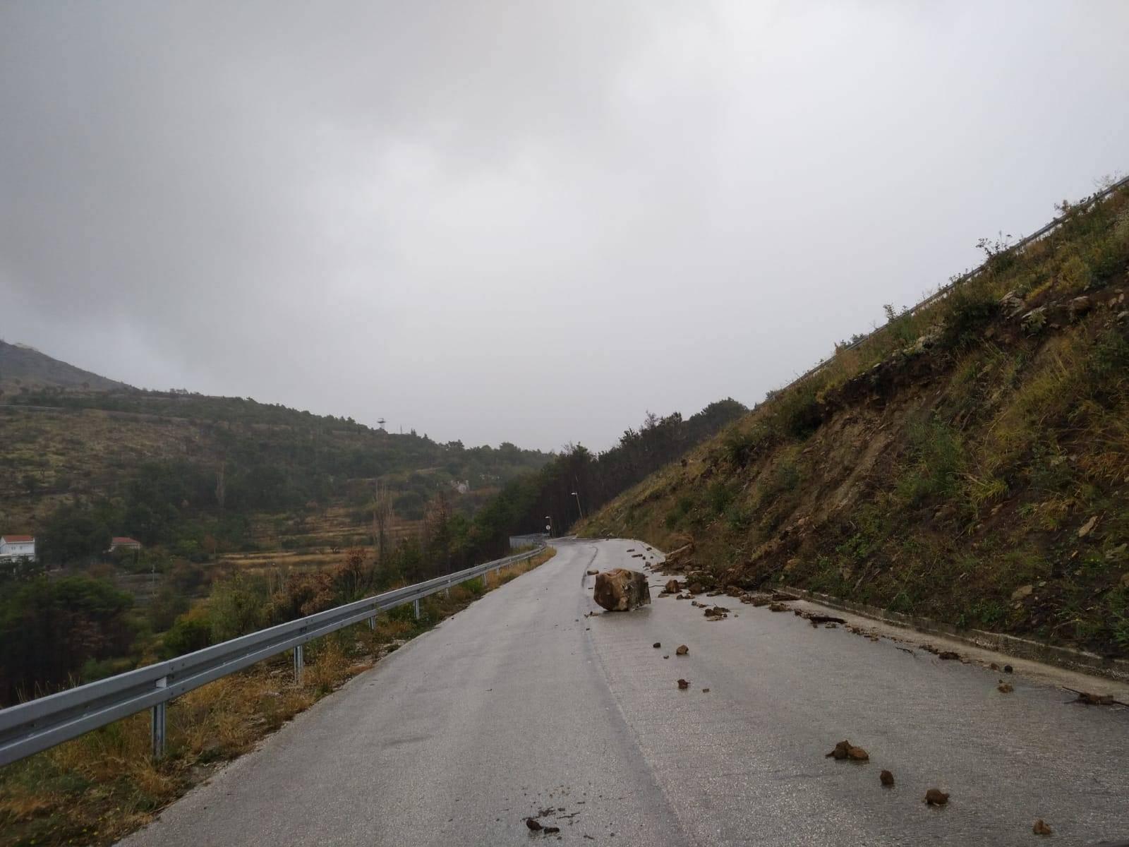 Odron na magistrali: Stijena pala na auto, vozač u bolnici