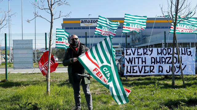 Workers of Amazon go on strike in Passo Corese