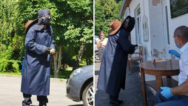 'Maskirani čovjek' superozbiljno je shvatio upute stožera: Izradio si korona-odijelo za glasovanje!