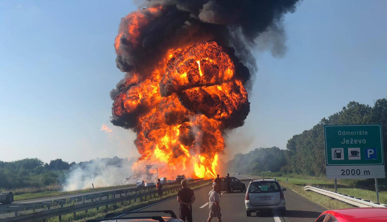 Vatra guta kamione, odjekuju eksplozije, autocesta blokirana