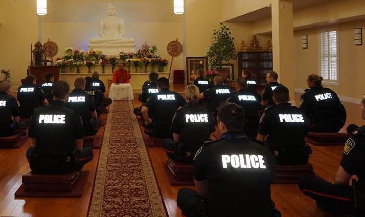 Meditiraju i vježbaju jogu da bi bili policajci s dobrom karmom