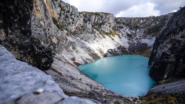 Modro jezero nije modro, zbog kiše je postalo svijetloplavo