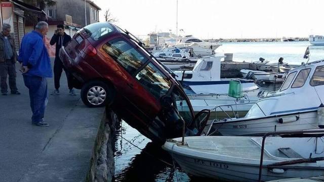 Popustila kočnica:  Auto sletio u more na Krku i  oštetio barku