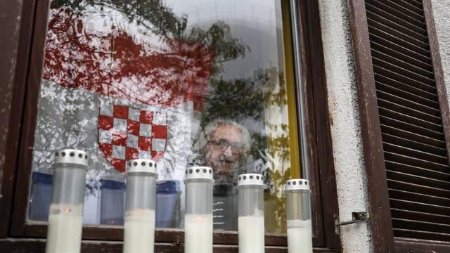 Vukovar: Starica s prozora nasuprot Vodotornja promatra Kolonu sjećanja
