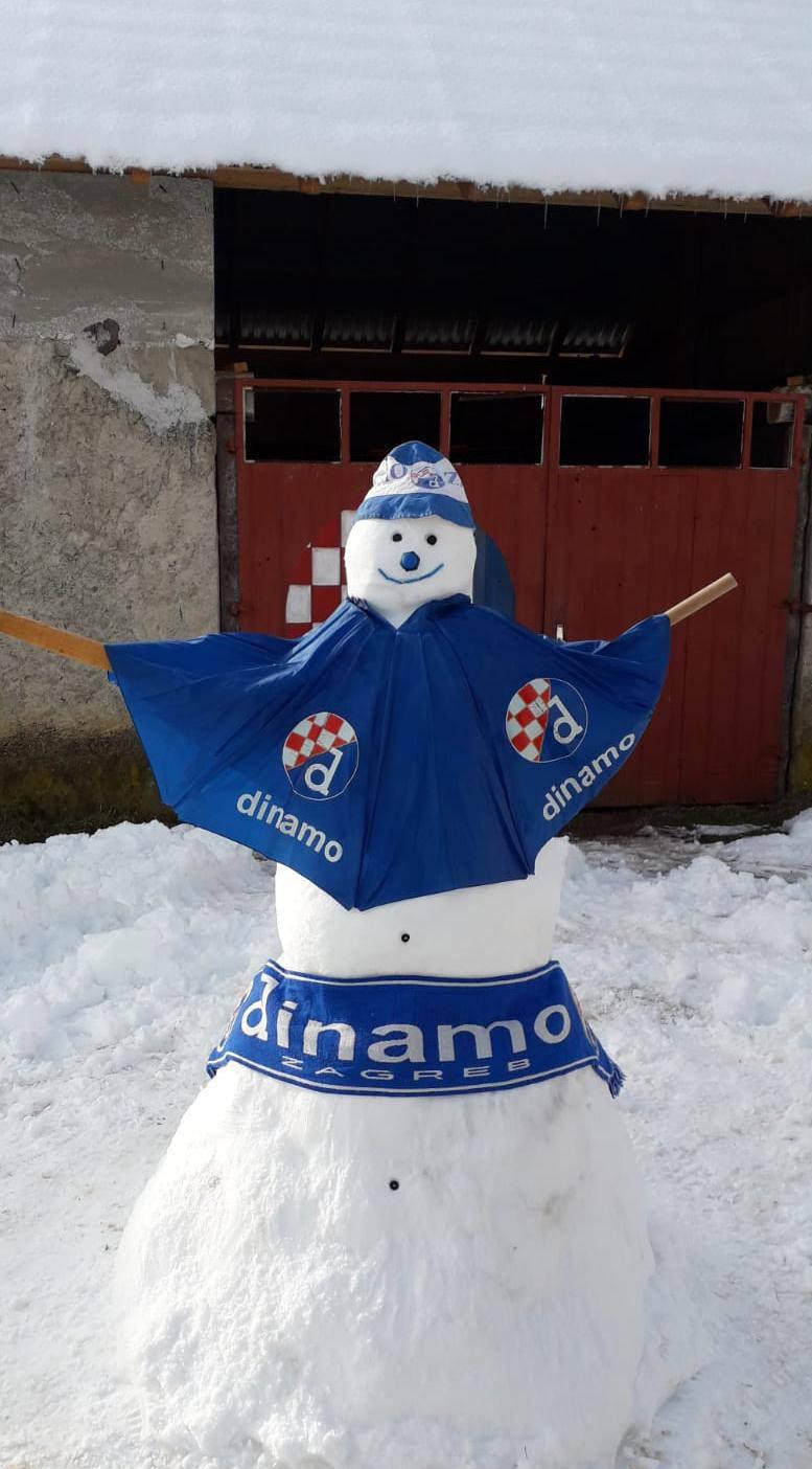 Plava euforija u Lici! I veseli snjegović navija za Dinamo...