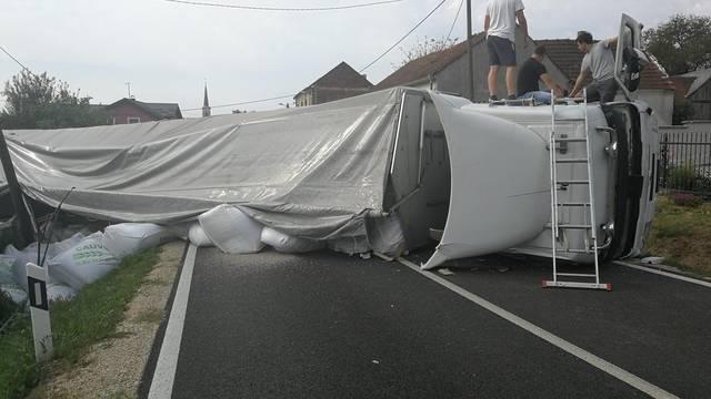 Prevrnuo se kamion u blizini Koprivnice, jedan ozlijeđen