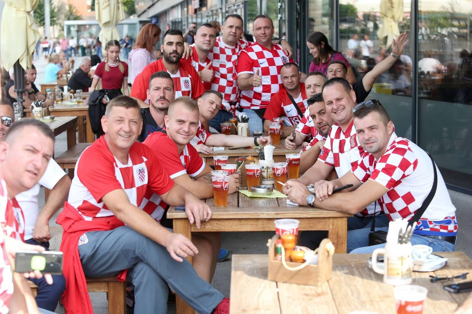 Navijači se okupljaju u Trnavi uoči početka utakmice između Slovačke i Hrvatske