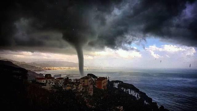 Pijavica poharala talijanski grad: Vjetar bacao kontejnere