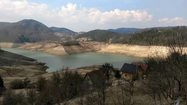 'Ukleto' jezero: Presušilo je pa izronile kuće, crkva i grobovi...