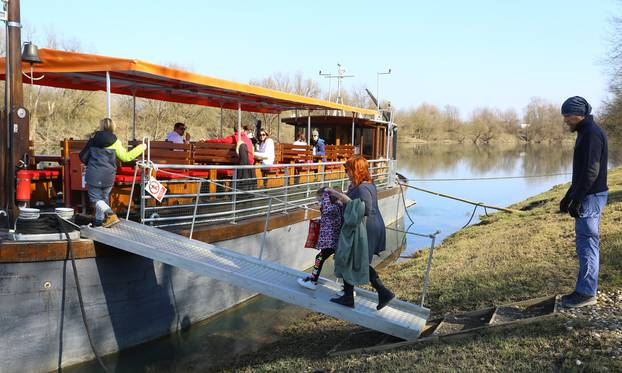Karlovac: Počele turističke vožnje Žitnom lađom po Kupi