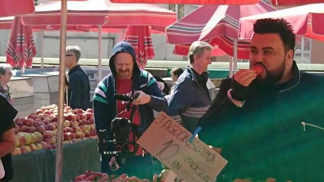 Snimanje razglednice: Jacques je na Dolcu popapao sve jagode