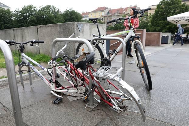 Zagreb: Uništeni bicikli zaključani kod Glavnog kolodvora