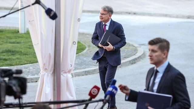 Zagreb: Dolazak ministara na sjednicu vlade u NSK zbog potrebnog razmaka među osobama