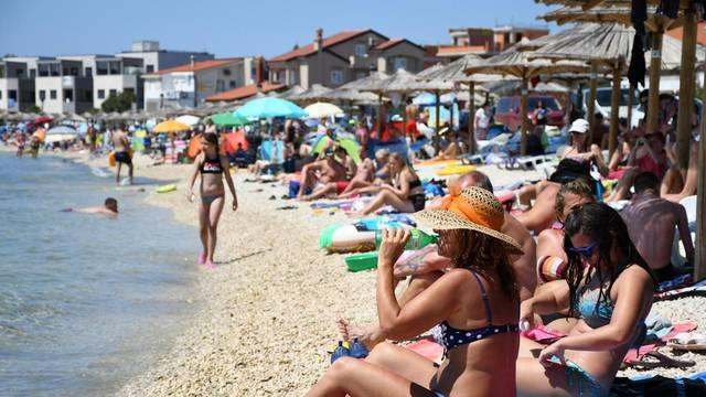 Popunjene plaže na otoku Viru ne odaju dojam da je turistička sezona oslabila