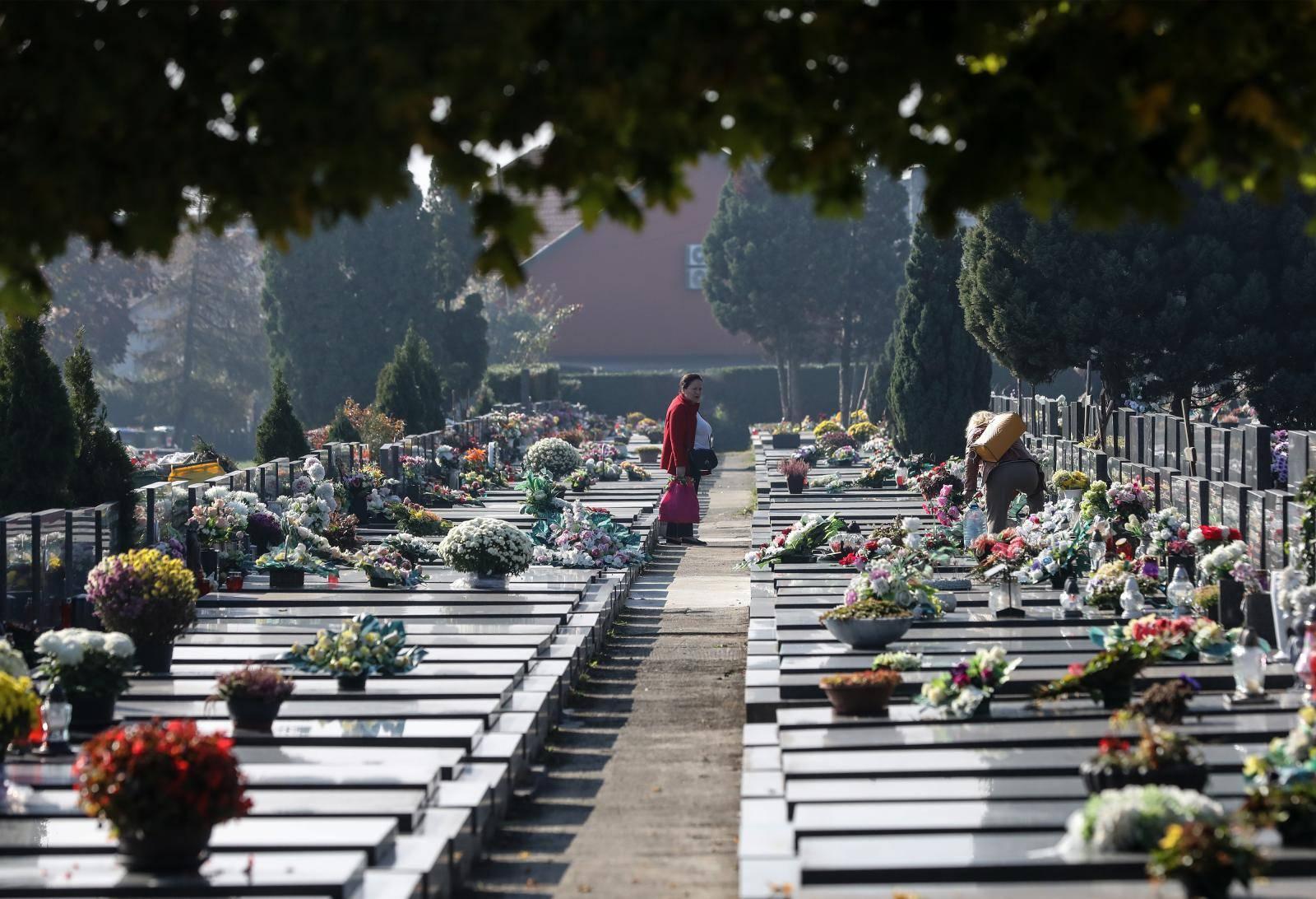 Građani uređuju grobnice prije blagdana Svih svetih