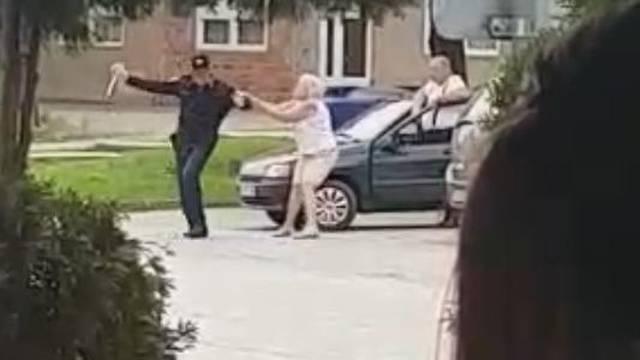 Napad ljute žene: Htjela gaziti policajca jer joj je pisao kaznu