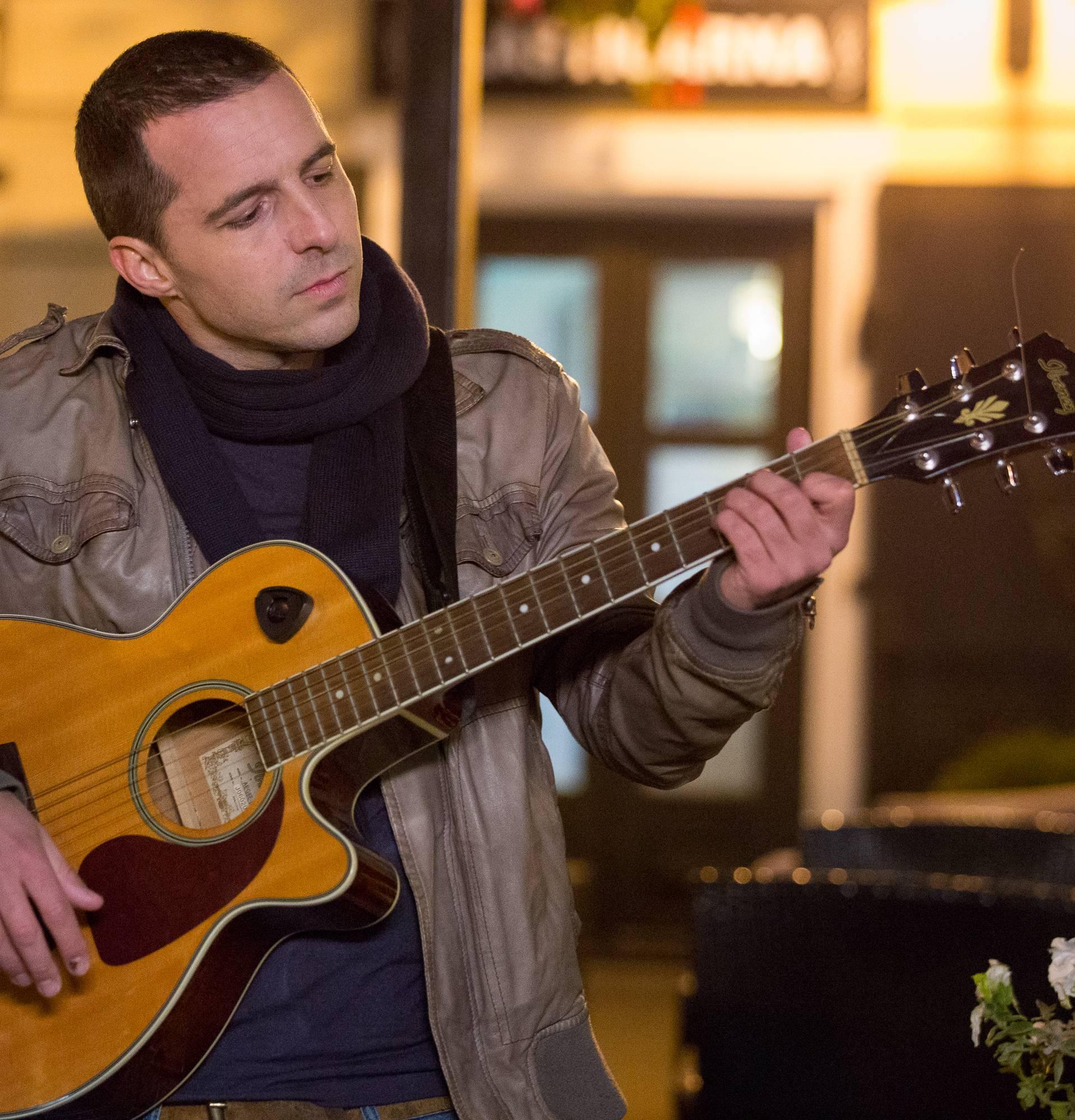 Filip Juričić s gitarom u ruci šarmirao je prolaznike na ulici
