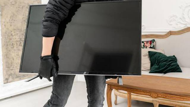 Starijoj gospođi naplatio 3000 kuna  popravak, pa ukrao TV