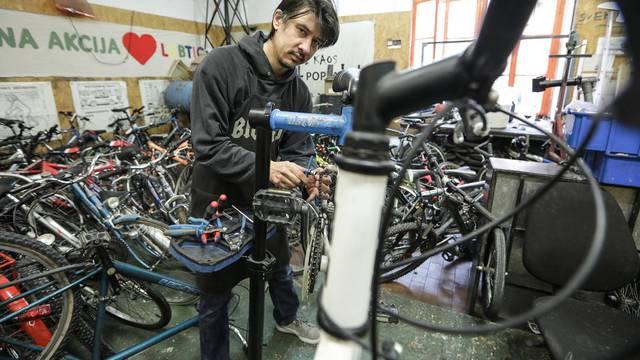 Poklanjaju bicikle svima koji si ih ne mogu kupiti i uče ljude kako da sami poprave kvar