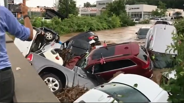 Rijeka automobila: Poplava je ispraznila cijeli auto salon