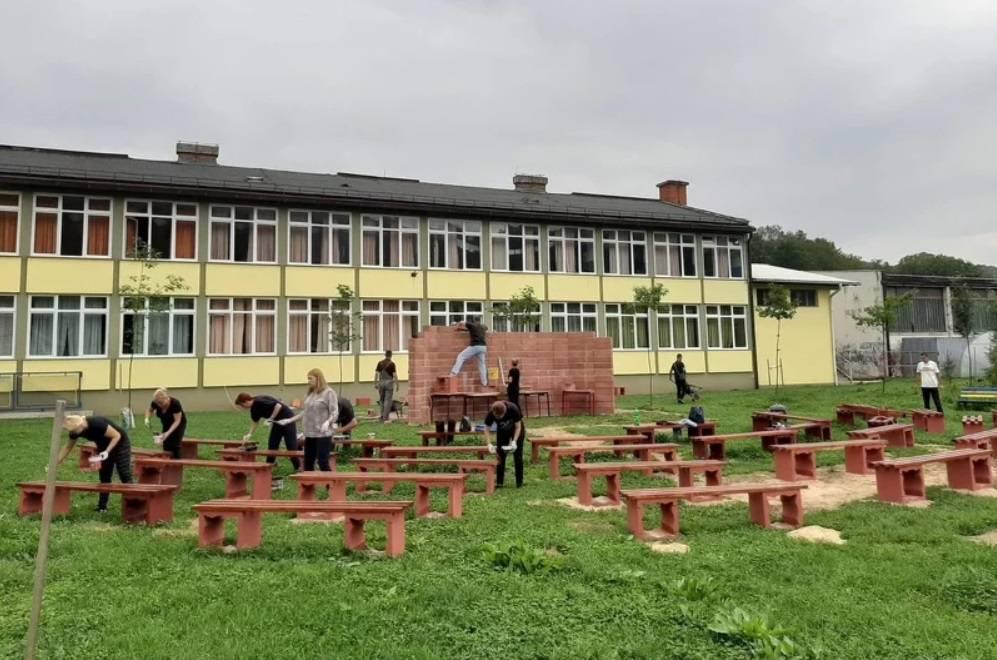 Busovača: Da budu sigurniji od korone, nastavnici za đake uredili učionicu na otvorenom