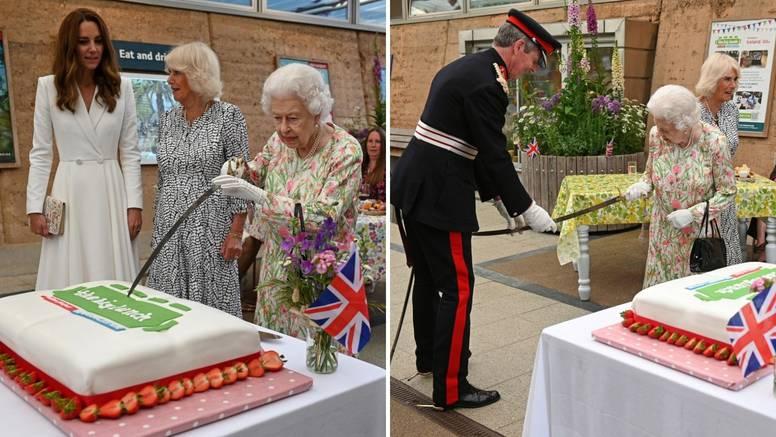 Kraljica Elizabeta tortu, umjesto nožem, odlučila rezati mačem, a skoro je ubola i Lorda Edwarda