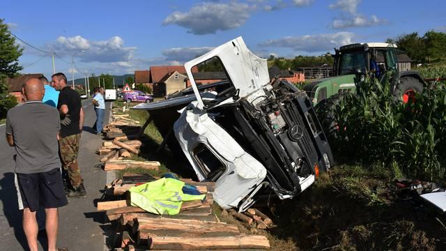 Skenderovci: Vozač završio u bolnici, izletio s ceste kamionom punim drva
