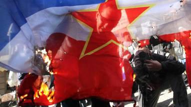 Zapalili jugoslavensku zastavu pred redakcijom