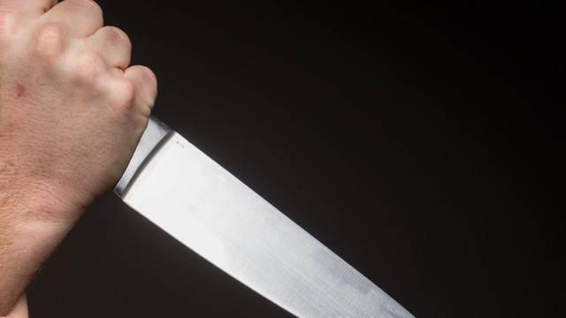 Mladić (21) prijetio djevojci da će ju ubiti, zamahnuo je i nožem